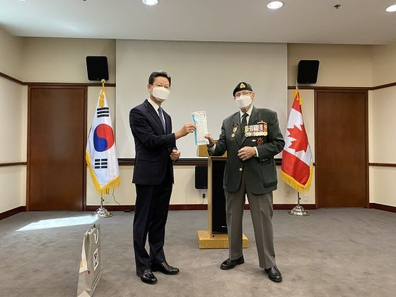 Bill Black, a Korean War veteran, right, and Korean Ambassador to Canada Shin Maeng-ho, at the ceremony at the Korean embassy in Canada on May 21 to commemorate the 70th anniversary of the outbreak of the Korean War. [EMBASSY OF KOREA IN CANADA]