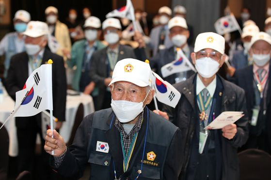 Korean War veterans commemorate the 70th anniversary of the war's outbreak, waving Korean national flags at the Grand Hotel in Daegu on Thursday. [NEWS1]