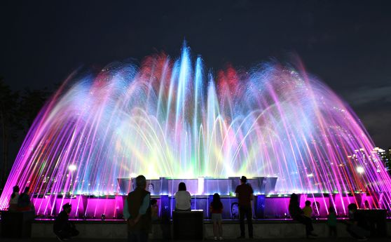 A colorful fountain by the Nakdong River in North Gyeongsang. [KOREA TOURISM ORGANIZATION]
