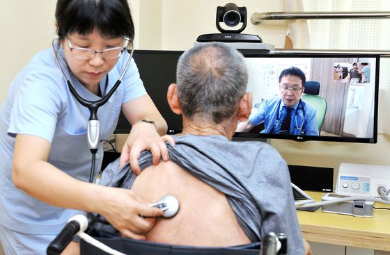 A patient consults with a doctor through a video call. [KIM SUNG-TAE]