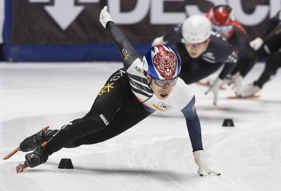 Hwang Dae Heon skates to a first place finish during the men's 1,500-meter final race at the ISU Four Continents Short Track Championships in Montreal, Canada on Jan. 11. [AP/YONHAP]