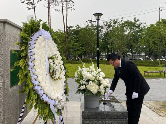 Ambassador of Colombia to Korea Juan Carlos Caiza, pays tribute at the Monument for the Participation of Colombia in the Korea War (1950-53) in Incheon on June 24 to commemorate the 70th anniversary of the war and the participation of Colombian troops. [EMBASSY OF COLOMBIA IN KOREA]
