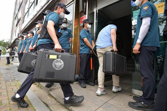 Police raid the office of Fighters for a Free North Korea, a civic group run by North Korean defectors resettled in the South, in Gangnam District, southern Seoul, on Friday. [YONHAP]