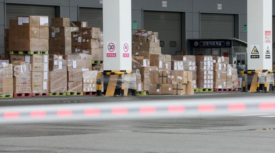 Coupang's distribution center in Deokpyeong in Icheon, Gyeonggi, on June 25 was shut after an employee tested positive for Covid-19. The center resumed operations on Sunday. [NEWS1]