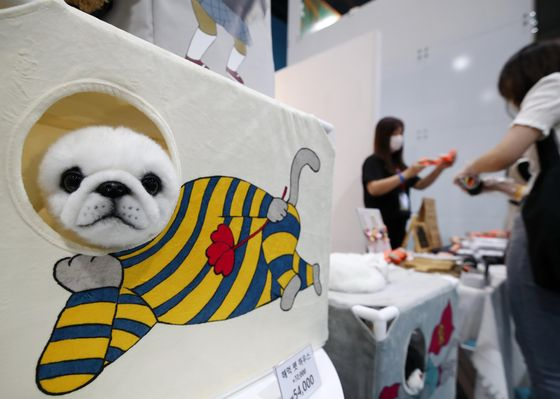 A pet house displayed at a three-day pet care exhibition held in Gangnam, southern Seoul, on Sunday. Pet products from ice cream to cooling mats were displayed at the exhibition that wrapped on Sunday. [YONHAP]