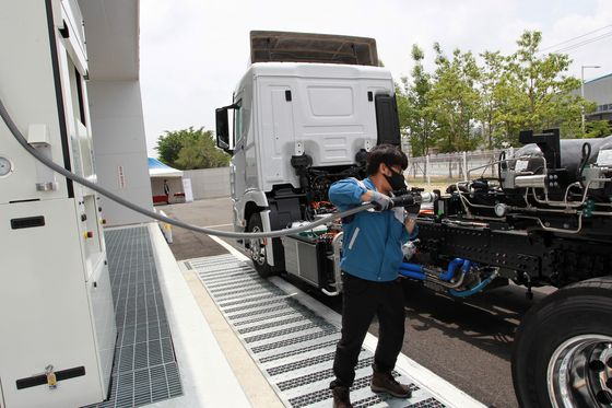 A truck filling up at a hydrogen station. [HYUNDAI MOTOR]