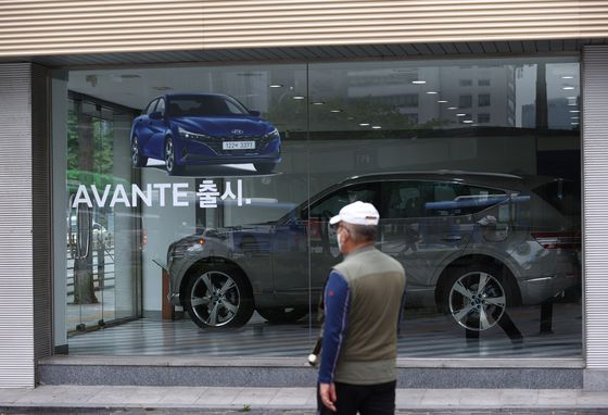 A Hyundai Motor store in downtown Seoul on Monday. Starting Wednesday, the individual consumption tax cut will be extended until the end of this year. However, the tax rate is only lowered by 30 percent, compared to 70 percent between March and June. [YONHAP]