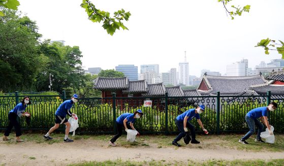 "Employees of Citibank Korea participate in a campaign called 'Jubging"" to pick up trash near Gyeonghui Palace. [CITY BANK KOREA]"