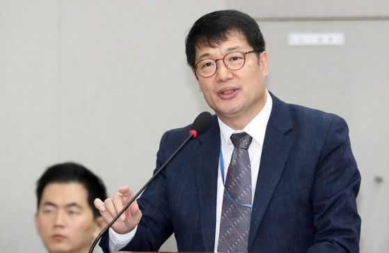 Hwang Deok-soon, President Moon Jae-in's secretary for jobs, says converting contract workers at the Incheon International Airport does not affect jobs for those who aspire to work at the corporation. [NEWS1]