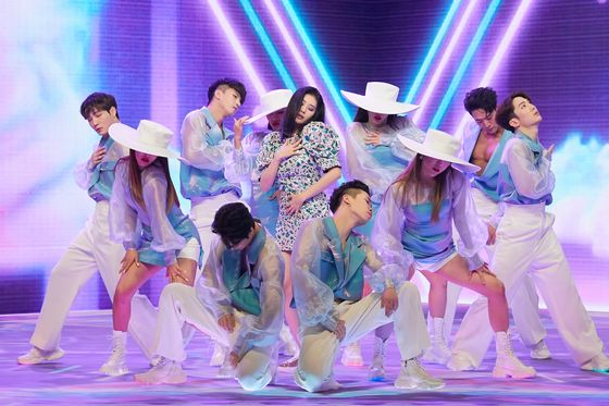 """Sunmi performs her new song """"pporappippam"""" on Monday afternoon during an online showcase. [MAKEUS ENTERTAINMENT]"""