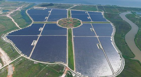 A recently completed solar power station in Haenam, South Jeolla, begins operation on Monday. Companies including construction company Hanyang and KB Asset Management invested in the station, which has a 98-megawatt generator and 306-megawatt energy storage system. [YONHAP]