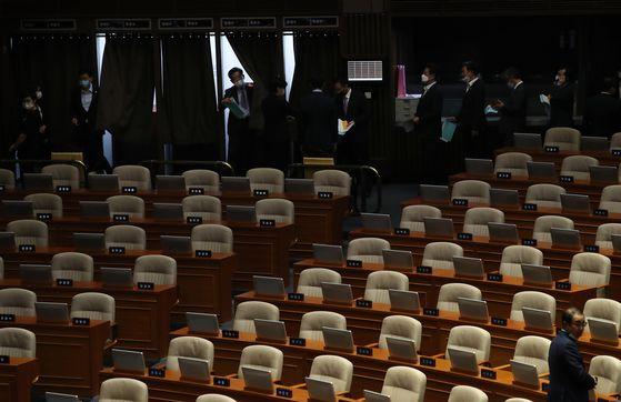 Lawmakers from the ruling Democratic Party cast ballots to elect chairs of standing committees on Monday at the National Assembly. Seats of the opposition United Future Party are empty because its lawmakers boycotted the session. [YONHAP]