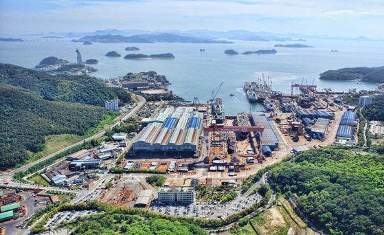 STX Offshore & Shipbuilding dockyard in Jinhae, South Gyeongsang, in 2017. [STX OFFSHORE & SHIPBUILDING]