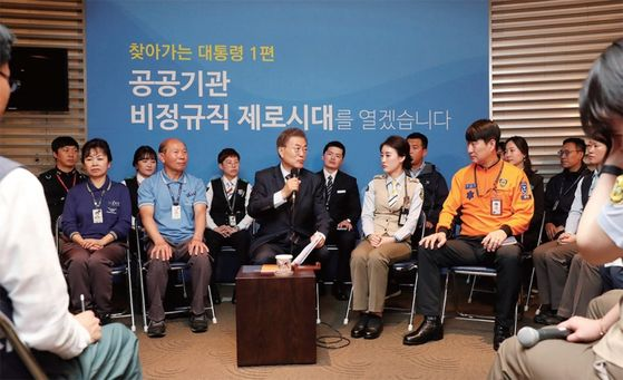 President Moon Jae-in vows to convert contract workers at the Incheon International Airport to permanent payrolls on May 12, 2017 shortly after his election. [JOONGANG ILBO]