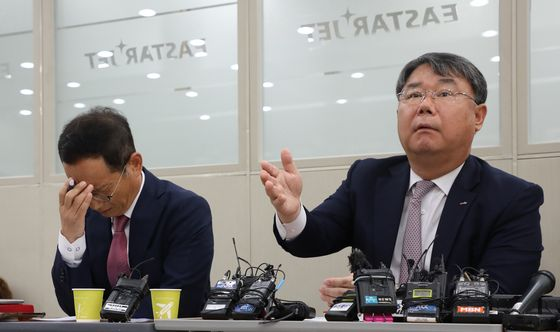 Eastar Jet CEO Choi Jong-gu, right, speaks to reporters at a press event in its headquarters in Gangseo District, western Seoul, on Monday. Choi urged Jeju Air to accelerate the acquisition. [YONHAP]