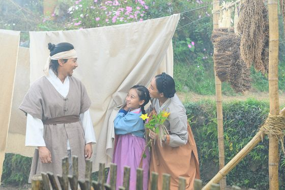 A scene from the film. Hak-gyu (played by pansori singer Lee Bong-geun) and his family before his wife, Gan-nan, is kidnapped by human traffickers. [LITTLE BIG PICTURES]