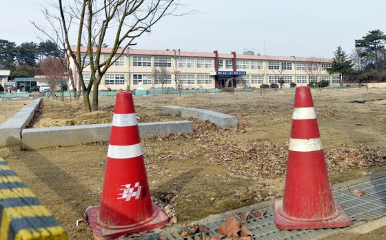 A photograph of Danbuk Elementary School in Uiseong County, North Gyeongsang. The school closed in 2014, one of more than 50 schools to close since 1983 in the county. [YONHAP]