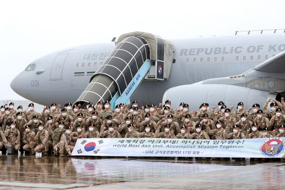 Service members of the 17th batch of Korea's Akh Unit gather at Incheon International Airport Tuesday before heading to the United Arab Emirates aboard the KC-330 aerial tanker. The aircraft is scheduled to bring home the 16th batch of the unit on its way back to Korea later this week. It's the first time for the KC-330 to carry out the troop transport mission since it was put into service last year. [YONHAP]