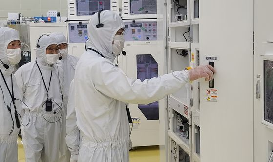 Samsung Electronics Vice Chairman Lee Jae-yong, right, visits a plant belonging to Semes, an affiliate of the tech giant that produces semiconductors and display manufacturing equipment, in Cheonan, South Chungcheong, on Tuesday. Lee discussed ways to increase the competitiveness of the industry and long-term strategies at the site in the latest of a string of recent visits to Samsung's research and production facilities including a semiconductor research center in Hwaseong, Gyeonggi. [SAMSUNG ELECTRONICS]
