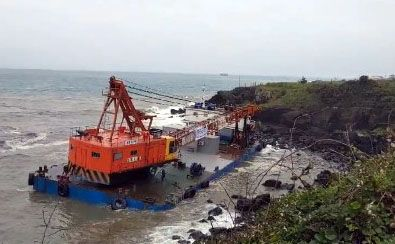 A 429-ton barge docked in Jeju was pushed out to sea Monday afternoon due to heavy winds on the island. [YONHAP]