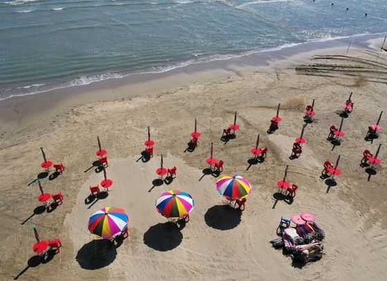 Parasols populate a beach in Busan, spread out two to four meters (6.6 to 13 feet) from one another, on Tuesday, as all beaches in the city prepare to open on Wednesday. [YONHAP]