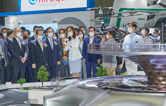 Prime Minister Chung Sye-kyun, second from left in the front row, Minister of Trade, Industry and Energy Sung Yun-mo, third from left, and Hyundai Motor Group Executive Vice Chairman Euisun Chung, first from left, visit the H2 Mobility + Energy Show, a trade show dedicated to hydrogen-powered mobility at Kintex in Gyeonggi. The trade show involves 108 companies from 11 countries and will run through July 3. [KOREA AUTOMOBILE MANUFACTURERS ASSOCIATION]