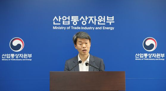 Na Seung-sik, head of the Ministry of Trade, Industry and Energy's international trade and investment department, announces Korea's export performance in June at the ministry's headquarters in Sejong on Wednesday. [YONHAP]