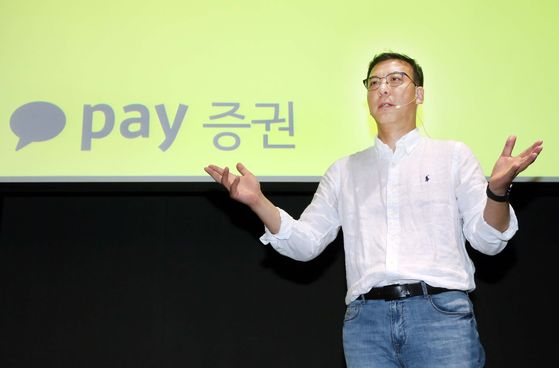 Kakao Pay CEO Kim Dae-hong gives a presentation to reporters at a hotel in Yeouido, western Seoul, on Wednesday. [Kakao Pay Securities]