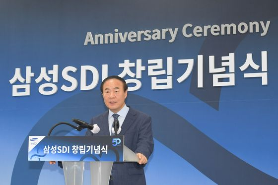 """Samsung SDI CEO Jun Young-hyun delivers an opening speech at an internal ceremony celebrating the company's 50th anniversary at its Giheung plant in Gyeonggi on Wednesday. Jun emphasized the importance of technology advancement in the battery segment, urging employees to push developments 'keeping in mind the batteries of the far future."""" Between January and May, Samsung SDI was the world's fifth largest supplier of electric vehicle batteries. [SAMSUNG SDI]"""