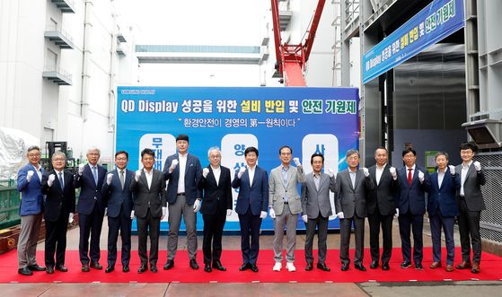 Samsung Display CEO Lee Dong-hoon, eighth from left, poses at a ceremony held Wednesday celebrating the arrival of the QD production equipment at the company's Asan plant in South Chungcheong. [SAMSUNG DISPLAY]