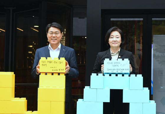 Posco Chairman Choi Jeong-woo, left, and Park Young-sun, minister of SMEs and Startups, at the celebratory event held in Gangnam, southern Seoul, to celebrate the launch of Change Up Ground start-up incubator. [POSCO]