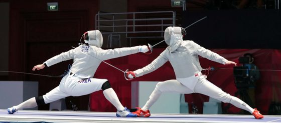 Oh Sang-uk, left, competes against his teammate Gu Bon-gil during the final match of the 2018 Asian Games. [ILGAN SPORTS]