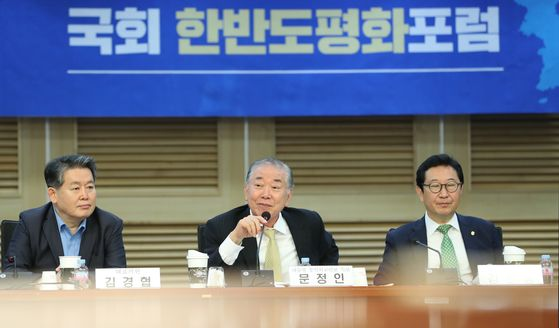Moon Chung-in, a presidential special advisor on diplomatic and security affairs, center, speaks at a conference at the National Assembly on Thursday. [YONHAP]