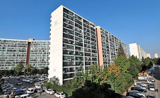 Eunma Apartment Complex in Daechi-dong of Gangnam District, southern Seoul, will likely initiate its planned redevelopment project under tightened real estate measures. [NEWS1]