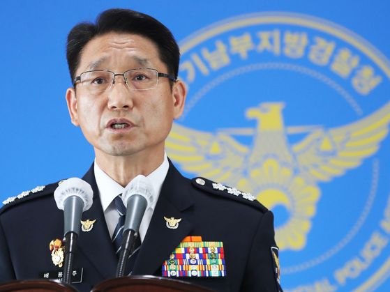 Bae Yong-ju, chief of the Gyeonggi Nambu Provincial Police Agency, announces the results of a year-long reinvestigation into the murders committed by Lee Choon-jae at police headquarters in Suwon, Gyeonggi, on Thursday. [YONHAP]