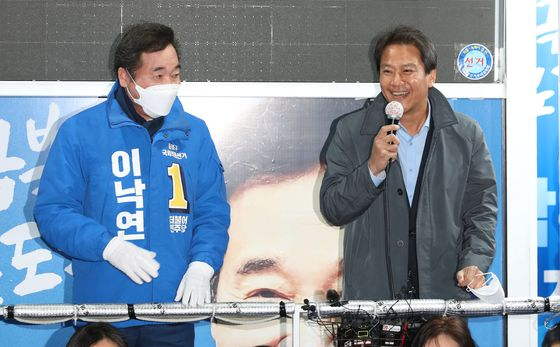 Im Jong-seok, President Moon Jae-in's first chief of staff, right, campaigns with former Prime Minister Lee Nak-yon during April's legislative elections. [YONHAP]