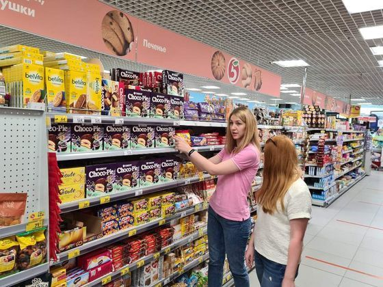 Russian shoppers pick up raspberry-flavored Choco Pies at a local supermarket. [ORION]
