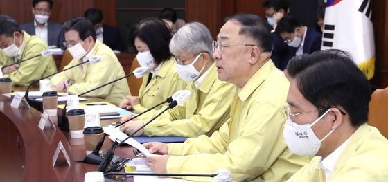Finance Minister Hong Nam-ki, second from right, makes an opening speech during the government's emergency economic meeting held at the government's complex in Seoul on Thursday. Hong urged the Japanese government to show sincerity in its attitude toward resolving the trade conflict between the two countries. [YONHAP]