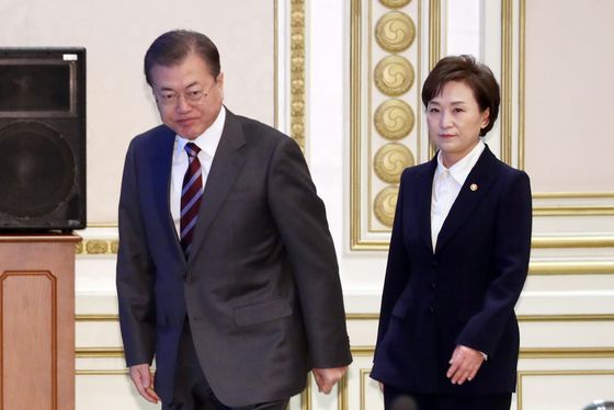 President Moon Jae-in, left, and Land Minister Kim Hyun-mee walk together at the Blue House on Thursday. Kim was summoned to the Blue House amid growing controversy surrounding the government's real estate measures. [YONHAP]