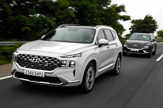 Hyundai Motor's new Santa Fe SUV underwent a major revamp in frontal design incorporating the radiator grille with the headlamps giving it a wider and more robust look. [HYUNDAI MOTOR]