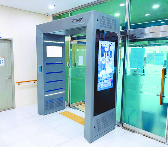 An air shower machine has been installed at Yeongdeungpo Senior Care Center in western Seoul. It is one of three air shower machines installed in the district. [YEONGDEUNGPO DISTRICT OFFICE]