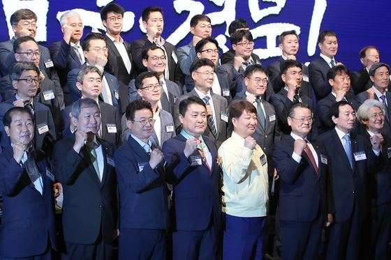 Political and business leaders from Daegu and North Gyeongsang, the region hardest hit during the early stages of Korea's Covid-19 outbreak, pledge to overcome the ensuing economic crisis at EXCO in Daegu on Monday. [NEWS1]