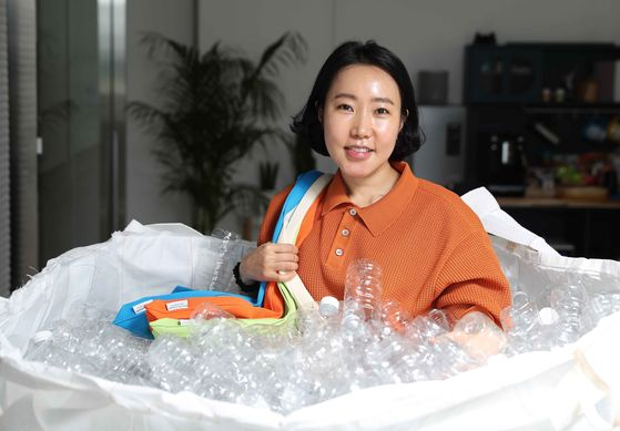 Wang Jong-mi, the CEO of Pleats Mama, produces pleated fabric bags using recycled plastic bottles. About 16 bottles are needed to make a single bag.  [KIM SANG-SEON]