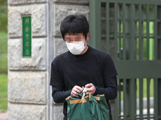 Convicted child pornography distributor Son Jong-woo is released from the Seoul Penitentiary Monday afternoon after a local court denied an extradition request from the United States. [YONHAP]