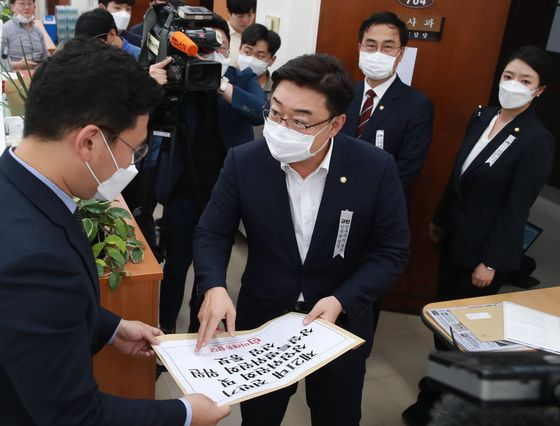 United Future Party Rep. Kim Sung-won, second from left, submits the party's assignments of lawmakers to standing committees at the National Assembly on Monday. The main opposition party ended its three-week boycott of the legislature. [YONHAP]