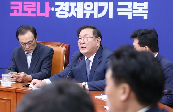 Democratic Party floor leader Kim Tae-nyeon, second from left, speaks during a party leaders meeting at the National Assembly in Yeouido, Monday. [YONHAP[