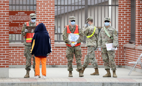 Members of the U.S. Forces Korea (USFK) at Camp Humphreys in Pyeongtaek, Gyeonggi, checking visitors in this file photo dated March 26. [NEWS1]