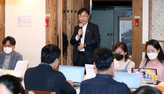 First Vice Minister of Culture, Sports and Tourism Oh Yeong-woo announces the ministry's support plan for the second half of 2020 to the press at a restaurant in Gwanghwamun, central Seoul, on Wednesday. [MINISTRY OF CULTURE, SPORTS AND TOURISM]