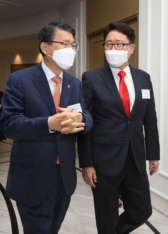 FSC Chairman Eun, left, enters with Korea JoongAng Daily CEO and Executive Editor Ryu Kwon-ha. [PARK SANG-MOON]