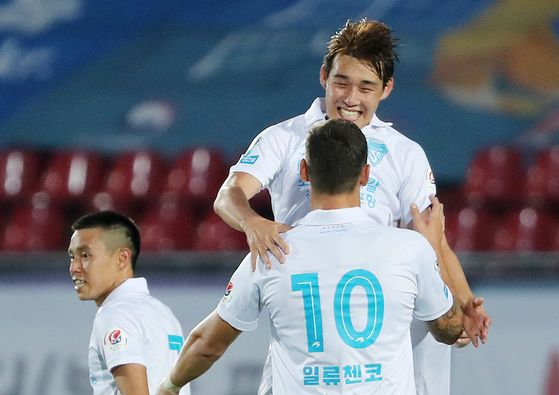 Song Min-kyu of the Pohang Steelers celebrates with his teammates after scoring a goal during a match against Seongnam FC at Tancheon Sports Complex in Seongnam, Gyeonggi, on July 5. [NEWS1]